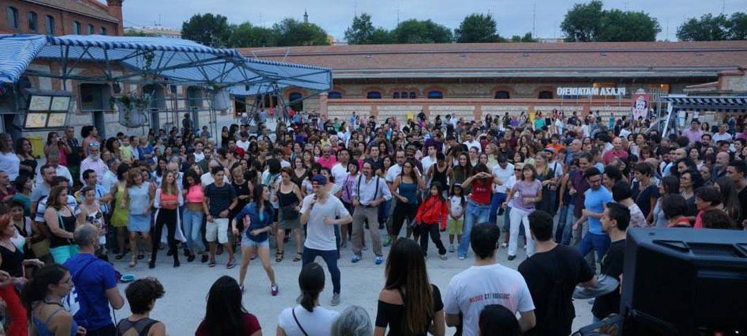Un domingo de Carnaval diverso: sabroso, latino y chirigotero